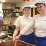 Zwei junge Hauswirtschafterinnen am Kochtopf