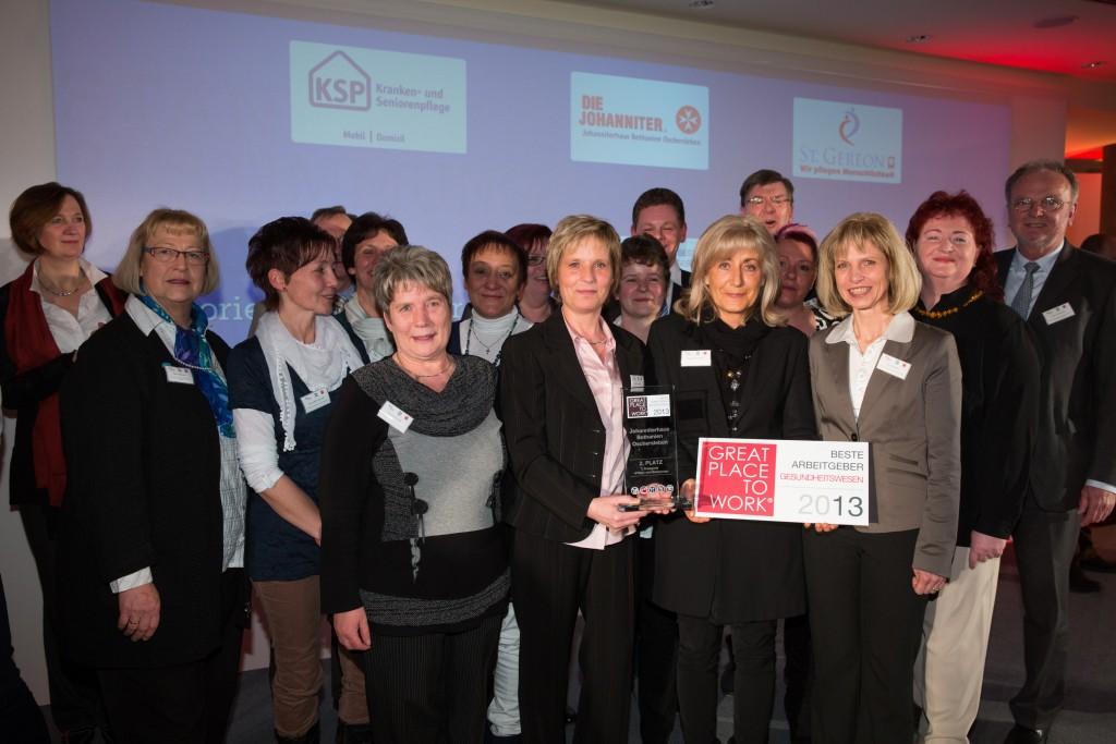 """Das gesamte Team des Johanniterhaus Bethanien bei der Preisverleihung des """"Great Place to Work""""."""