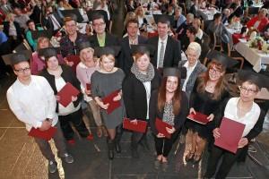Die 14 Absolventen und Absolventinnen des ersten Studienjahrgangs Bachelor Pflege an der FHdD in Bielefeld.