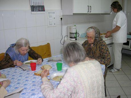 Mittagessen im Pflegenest Schäßburg. Bildquelle: www.diakonie-bremen.de